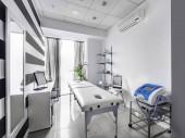 Kilátás egy modern, tiszta masszázs szoba belsejére fekete-fehér luxus dekorációval.