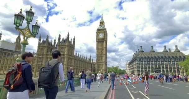 Londýn, Spojené království. Asi srpen2017. Turisté fotí vedle Big Bena. Dolly fotoaparátu