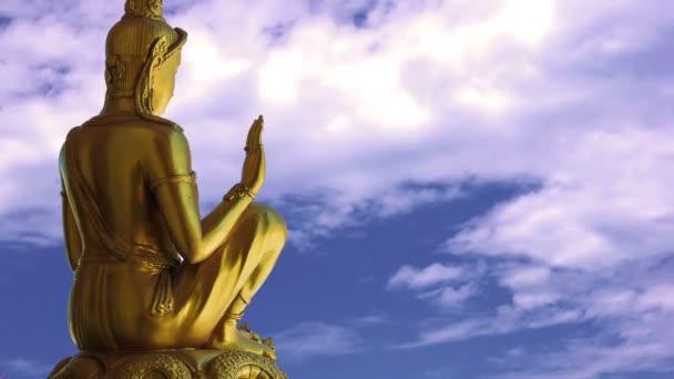 Buddha a timelapse obloha s mraky