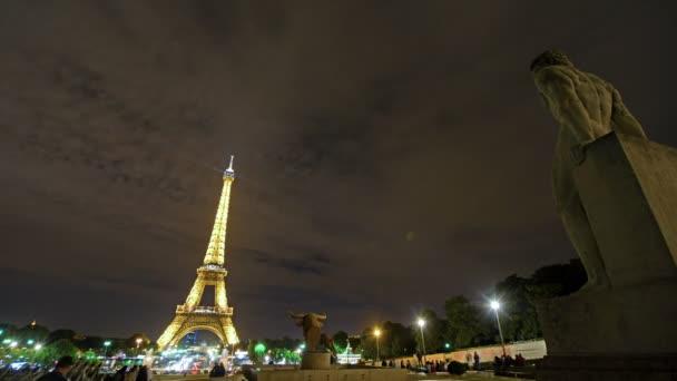 Paříž, Francie. Přibližně srpen2016. Včas turistických návštěv Eiffelovy věže v noci.