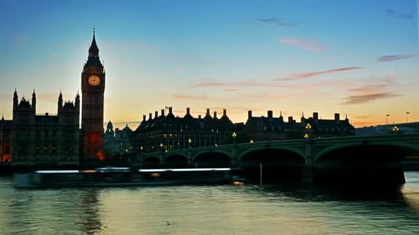 Časová prodleva provozu kolem Big Ben za soumraku