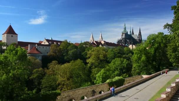 Pohled na Pražský hrad a katedrálu sv. Víta z Královských zahrad v Praze.