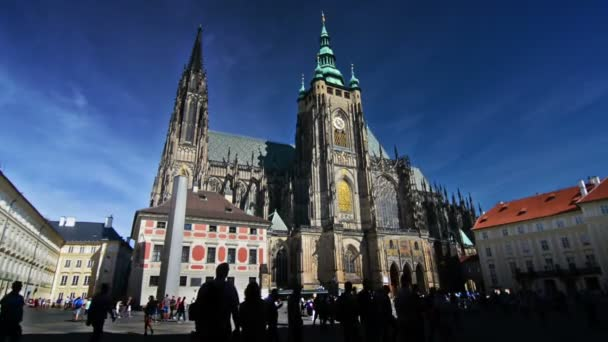 Turisté navštíví katedrálu sv. Víta za slunečného dne.