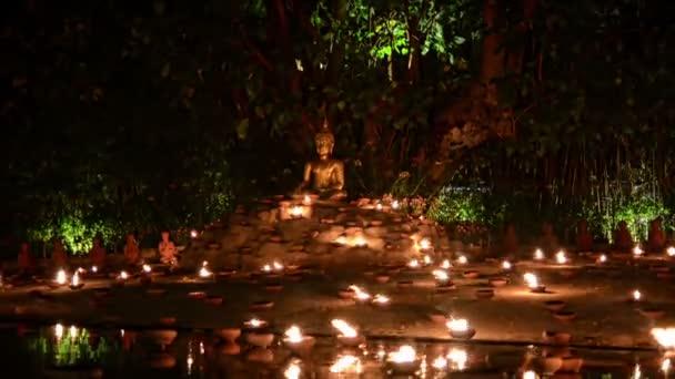 Chiang Mai, Thaiföld Február 2016. Magha puja nap. Buddha gyertyákkal körülvéve. Közelíts rá. Phan Tao templom