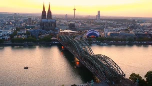 Luftaufnahme der Hohenzollernbrücke über den Rhein bei Sonnenuntergang. wunderschönes Stadtbild von Köln, Deutschland mit Dom in der Abenddämmerung.