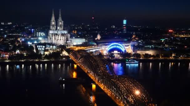 Zeitraffer der beleuchteten Hohenzollernbrücke über den Rhein. Schöne Stadtlandschaft von Köln, Deutschland mit Dom bei Nacht.
