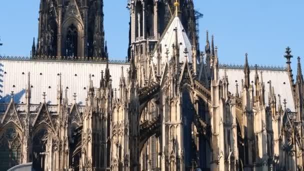 Gotische Domkirche Sankt Peter in Köln an einem sonnigen Tag. Schöne Details der Türme, Bögen und Glasfenster
