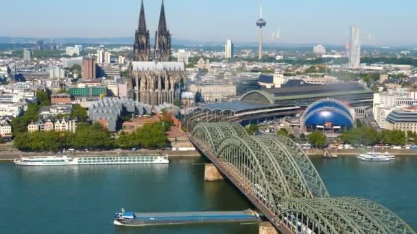 Köln. Circa November 2019. Luftaufnahme der Hohenzollernbrücke über den Rhein an einem sonnigen Tag. Schöne Stadtlandschaft mit Kathedrale und großer St. Martin-Kirche im Hintergrund