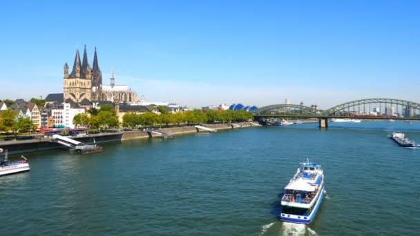 Köln. Circa Oktober 2019. Hohenzollernbrücke über den Rhein an einem sonnigen Tag. Schöne Stadtlandschaft von Köln, Deutschland mit Dom und großer St. Martin Kirche im Hintergrund
