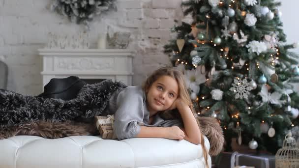 dívka na pozadí vánoční stromeček