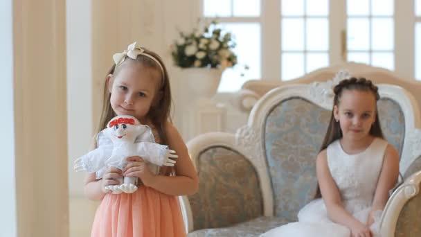 5e194bbeffe Κορίτσια σε έξυπνες φορέματα στο σπίτι την ημέρα των Χριστουγέννων. Δύο  αδελφές, μικρά κορίτσια σε ένα όμορφο σπίτι– πλάνα αρχείου