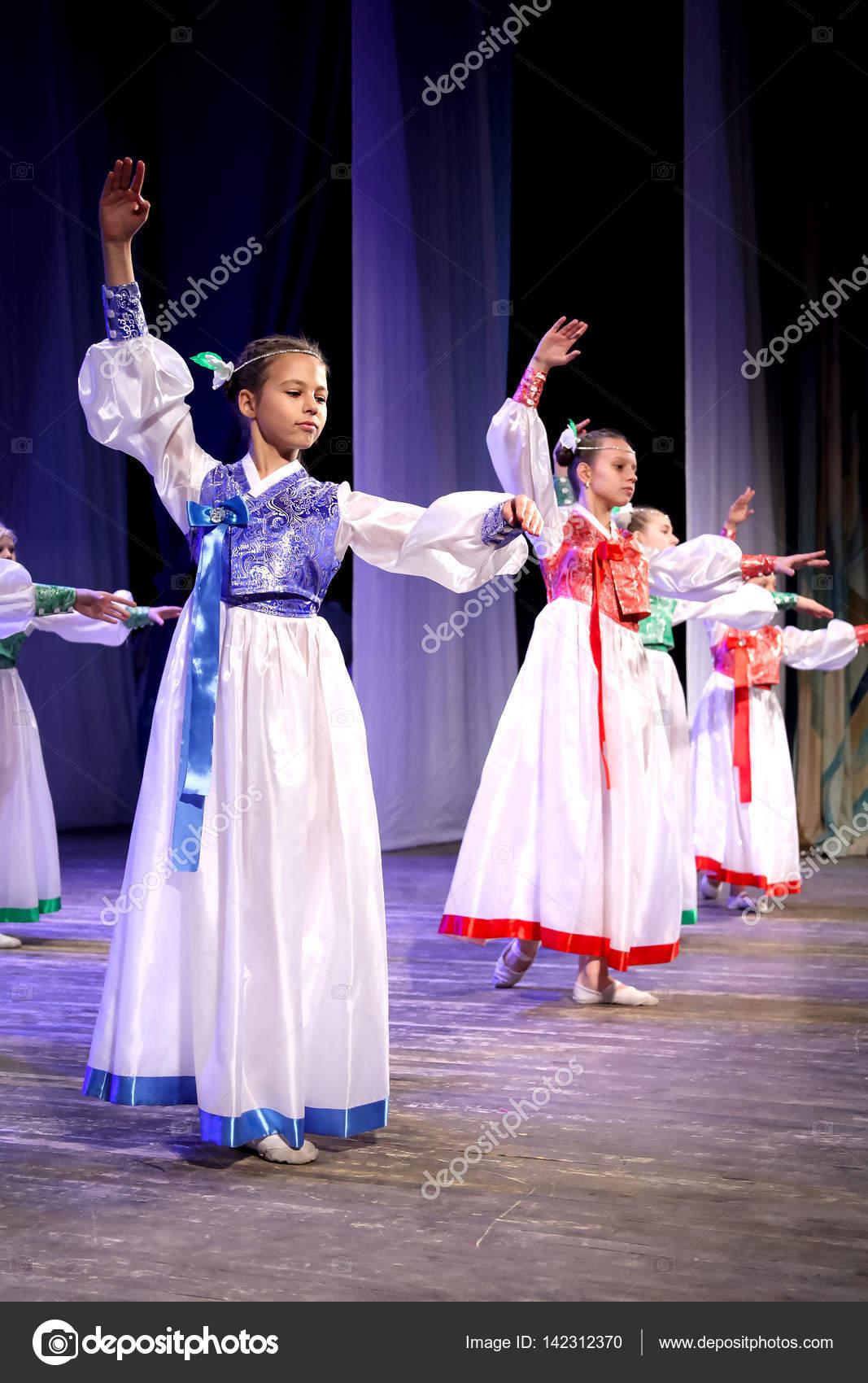 China danza folclórica - chicas bailando en tiara y kimono de trajes ...
