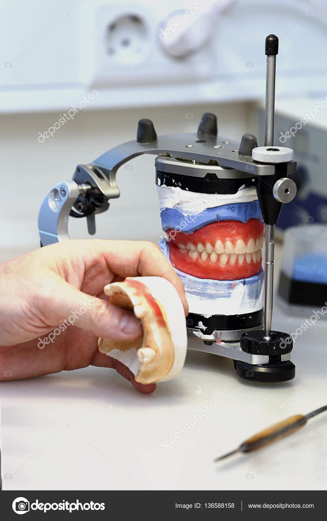 Οδοντοτεχνικό εργαστήριο. οδοντοτεχνικό εργαστήριο. εργασία του  οδοντοτεχνίτη — Φωτογραφία Αρχείου 5cc34aa326b