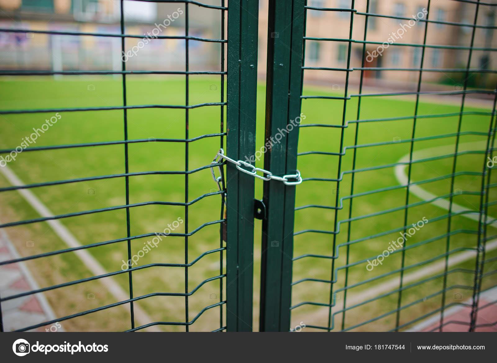 Metallischen Netz-förmigen grüner Zaun, der geschlossen und umhüllt ...