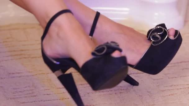 Gyönyörű női lábak: mozogni a zenére. Fekete magas sarkú cipő.