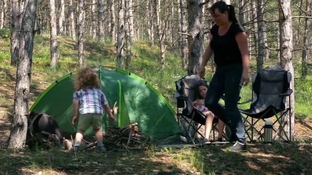 Rodinná zábava v lese s stan.