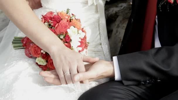 Per sposarsi. Nelle mani del bouquet sposa di rose rosse