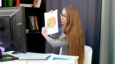 A young woman - in the office is online chat with the leader, the girl is to blame, sorry, justified.