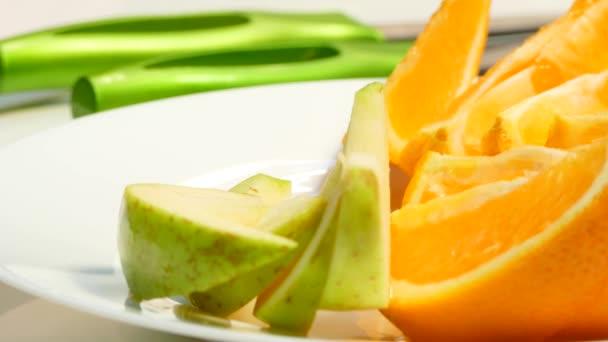 Ruce položte na talíř jablka, hrušky, pomeranče