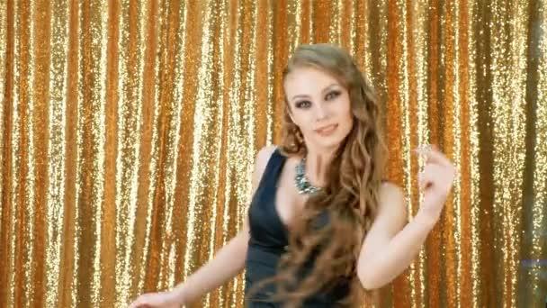 sexy Frau tanzen Party Gold Glitzerhintergrund