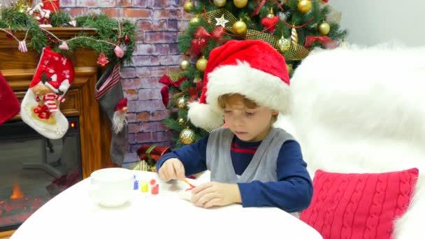 Chlapec v santa hat je obraz vánoční hračky.