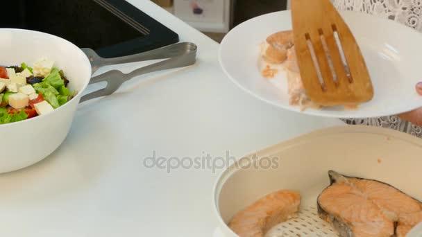 Vařit, uvedení připravené jídlo na talíři