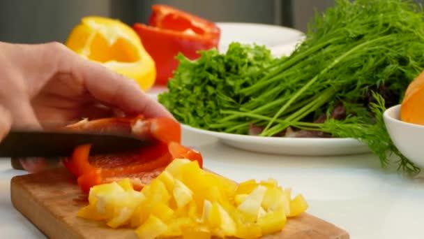 Kuchař, sekání papriky na prkénku