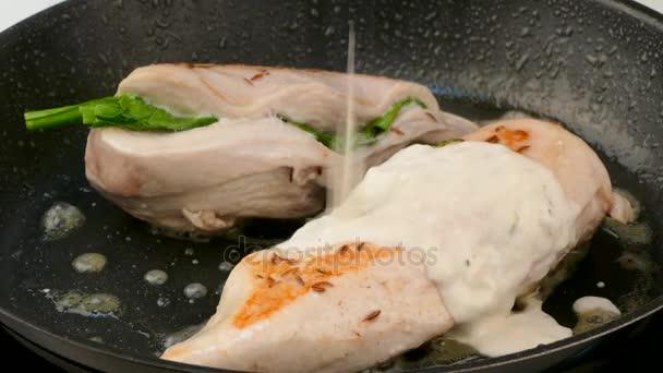 Pečené kuřecí řízek se nalije do omáčky