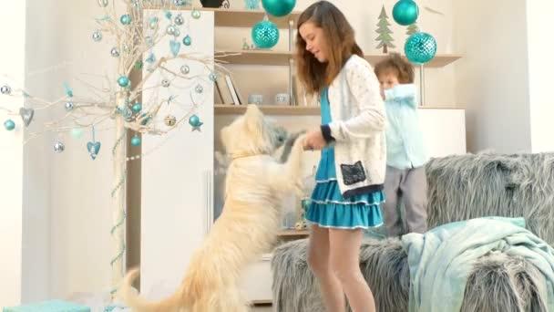 Kinder bringen Hund zum Tanzen.