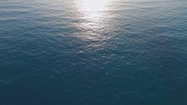 Klidné moře povrch na pobřeží Středozemního moře, západ slunce, nejlepší video pro vaši reklamu.