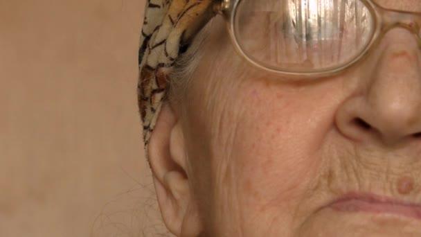 Nagymamám (idős nő) javítja a szemüveg