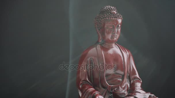 Buddha szobor tömjénnel. Istenség és a buddhizmus szimbólumai. A buddhizmus gyakorlata és szimbólumai. Ázsia spirituális élete