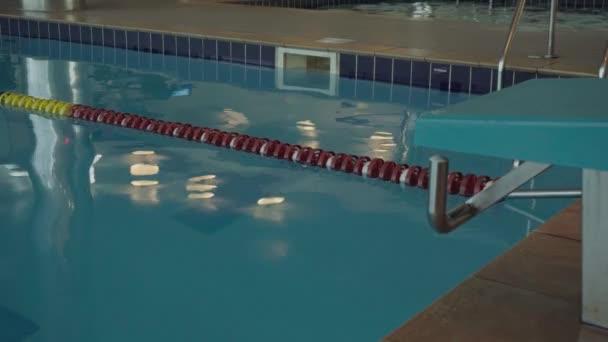 školení bazén pro plavce. Moderní bazén pro koupání a aktivní sporty. Modrá voda v bazénu za svítání