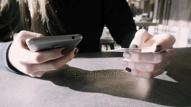 lány fizet, a kártya online vásárlás. Európai árukat az online boltban vásárol. Fizetés telefonon keresztül