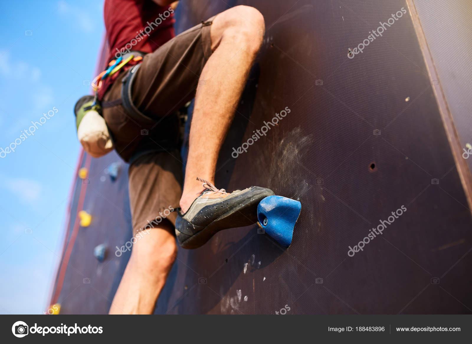 Klettergurt Aus Seil Binden : Bottom up blick auf felsen kletterer fuß ausbildung künstliche