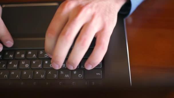 Felülnézet szabadúszók kezek gépelés-on laptop billentyűzet kávézóban. Irodai dolgozó üzletember. Ember keres információt az interneten a coffeeshop. Üzleti és technológiai koncepció.