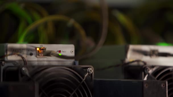 Großes kabelgebundenes Internet-Rechenzentrum. Kryptowährungsbergbaugeräte auf einem großen Bauernhof. ASIC-Minenarbeiter auf Standbrettern fördern Bitcoin im Serverraum. Supercomputer blinkt mit Licht.