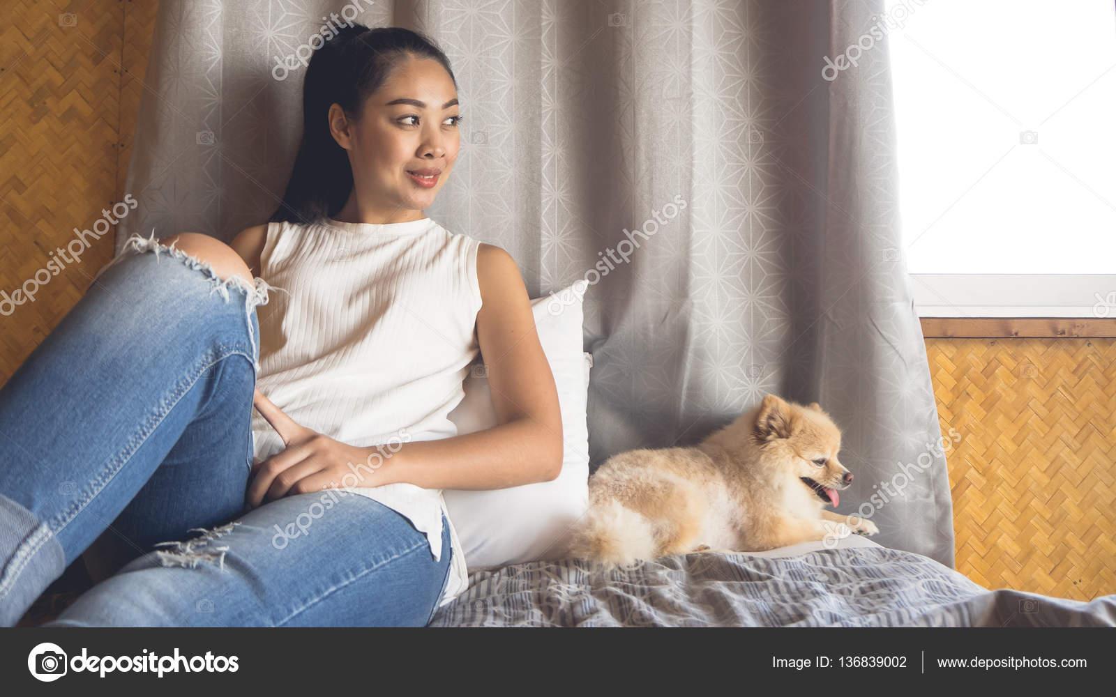 Frau mit Hund im Schlafzimmer entspannen. — Stockfoto ...