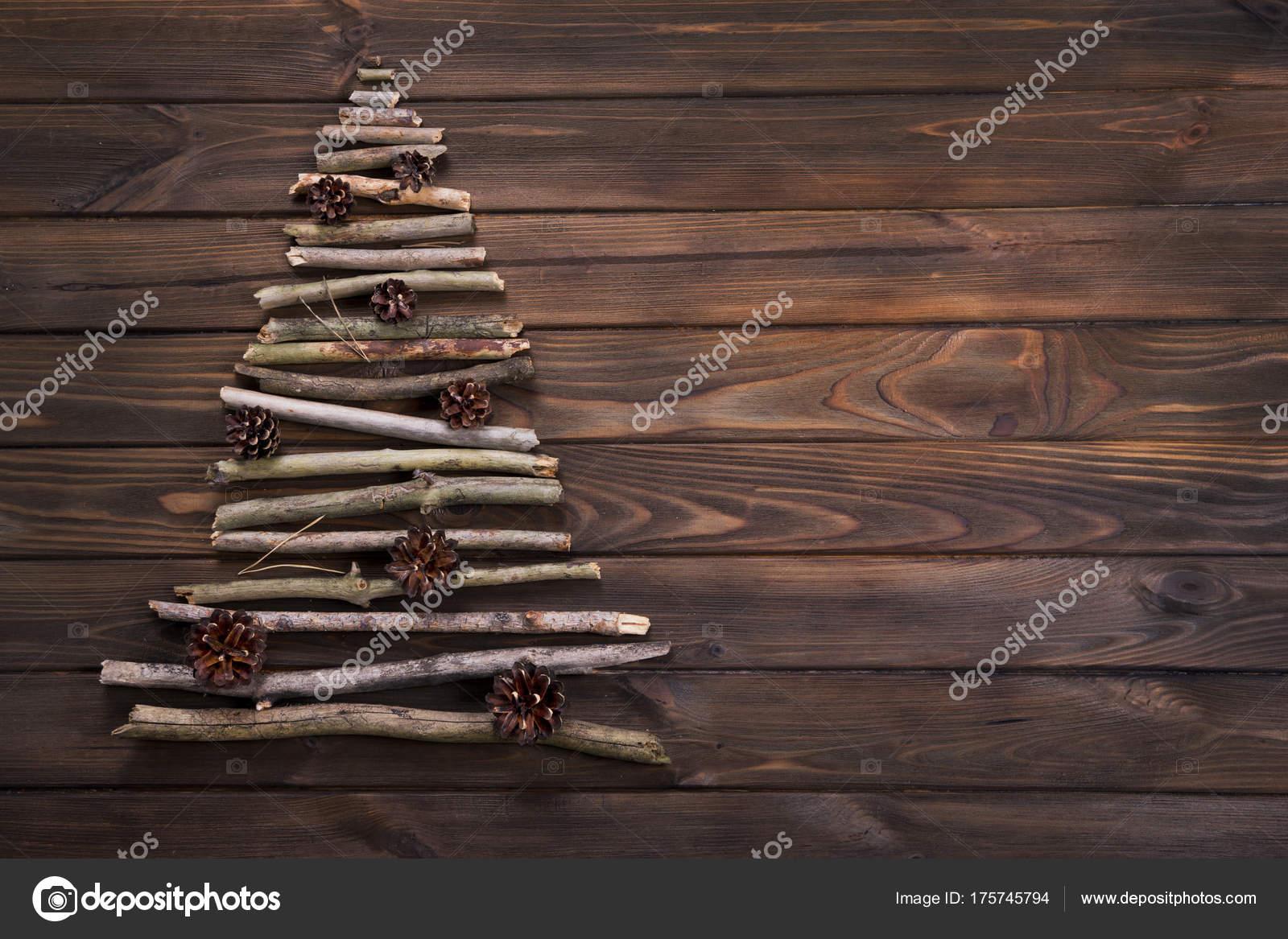 Albero di natale fatto di rami secchi in legno con - Rami di legno decorativi ...