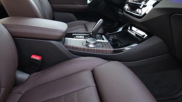 Moskva. Rusko - 2. února 2020: Bmw X3 M40d M Performance. Hnědý a černý kožený interiér prémiového auta. s dřevěným lemem, knoflíky a měniči, selektory a podnebím
