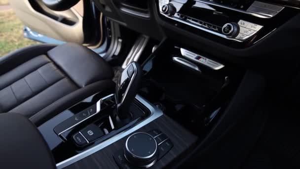 Moskva. Rusko - 2. února 2020: Bmw X3 M40d M Performance. Hnědý a černý kožený interiér prémiového auta. Navigace a displeje, řadicí páka a volant