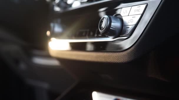 Moskva. Rusko - 2. února 2020: Bmw X3 M40d M Performance. Zavřít tlačítka ovládání klimatizace a přihrádky pro maličkosti v autě