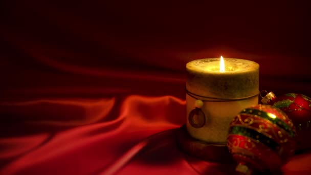 Vánoční svíčky a ozdoby na červeném pozadí