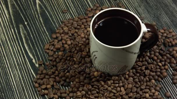 šálek kávy a kávových zrn na stole