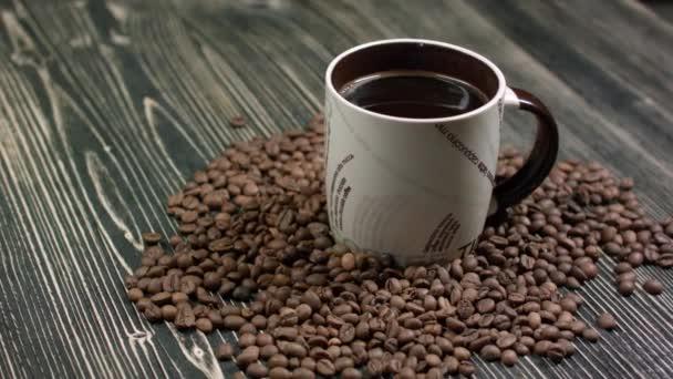 Közeli kép a csésze kávé, pörkölt kávé bab fából készült háttér