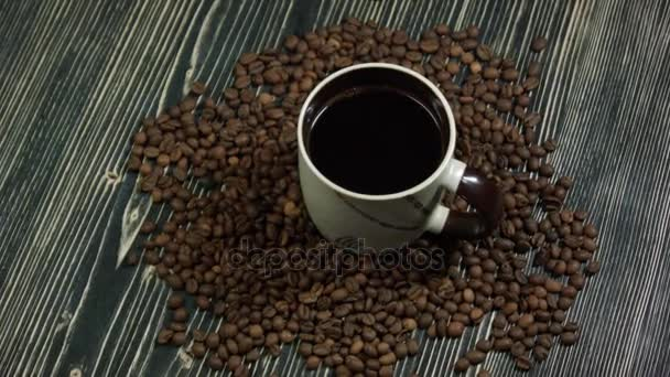 Vynechá, spadající do šálku kávy. na dřevěné pozadí