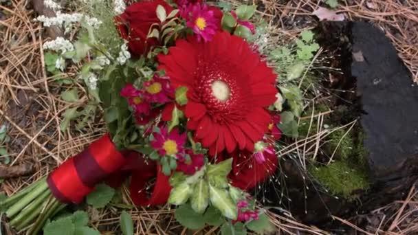 květinové svatební aranžmá. kytice se opírá o starou dřevěnou protézu