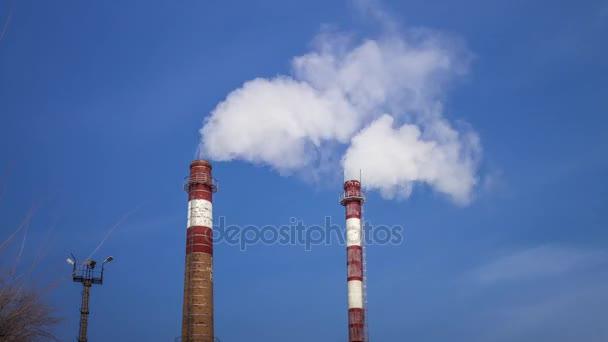 Rauchen Schornsteine einer Fabrik gegen den Himmel, der Dampf aus ...