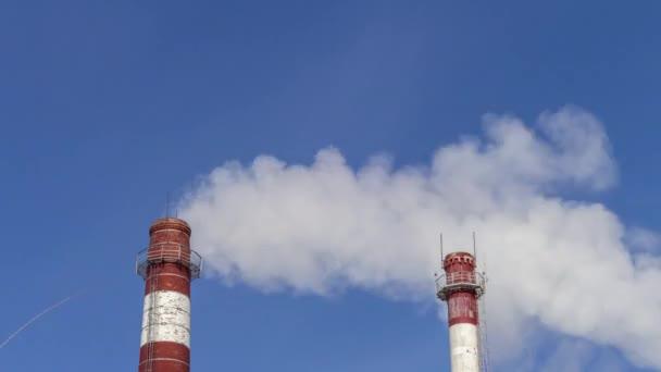 Znečištění ovzduší z průmyslových podniků. Velké trubky vrhací kouř na obloze. Ochrana životního prostředí, pára z topného systému kotle