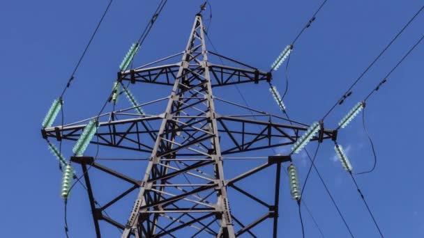 Hochspannungs-Elektro-Unterstützung aus dem Kraftwerk mit Drähten vor dem Hintergrund des Himmels und der Wolken hautnah. Erneuerbare Energien, Einsparung